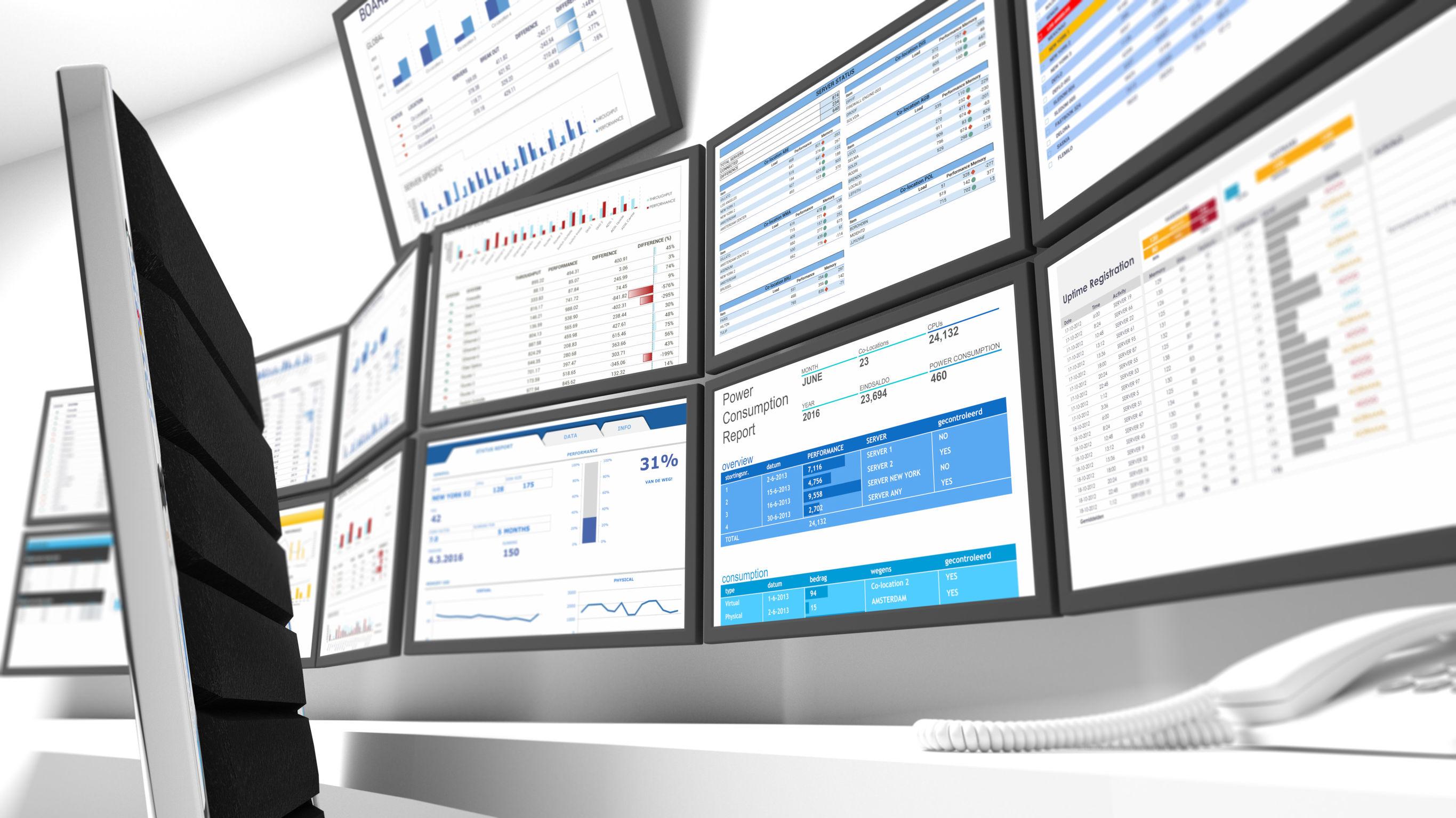 Mehrere Bildschirme mit Daten