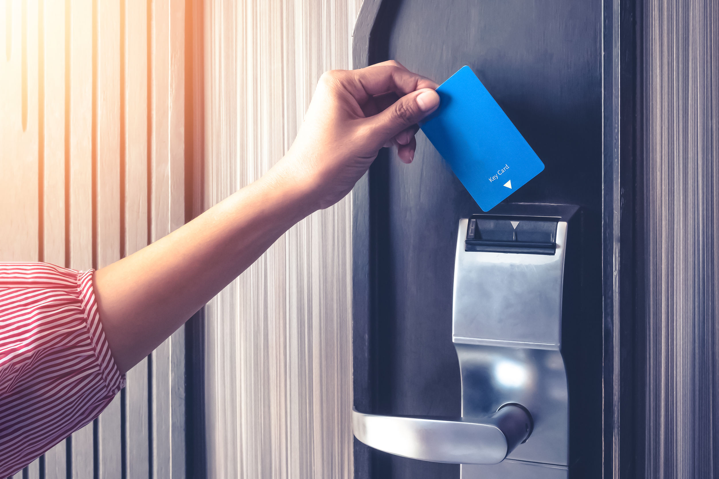 Frau steckt Chipkarte in ein Chipkartenlesegerät
