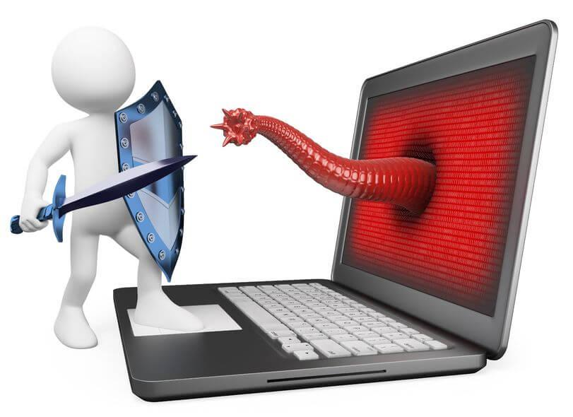 Figur mit Schwert und Schild verteidigt sich gegen Malware-Angriff aus einem Notebook